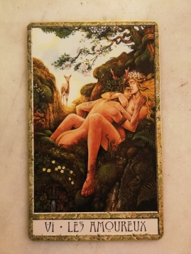 Et l'ange divin des Amoureux devient une reine biche, observatrice bienveillante du bon choix à faire.