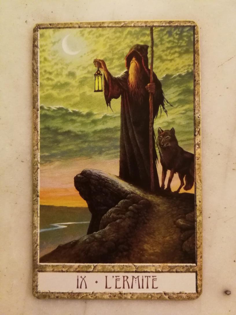Qui de mieux qu'un loup, solitaire mais aimant, à la fois seul et fidèle, pour représenter le chemin de l'ermite.